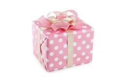 De doos van de gift met roze boog die op witte achtergrond wordt geïsoleerda Stock Foto