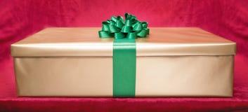 De doos van de gift op roze achtergrond Stock Afbeelding