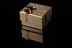 De doos van de gift op zwarte Stock Afbeeldingen