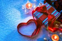 De doos van de Gift van de Dag van de Valentijnskaart van de kunst met rood hart Stock Fotografie