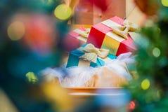 De doos van de Gift van Kerstmis met decoratie Stock Afbeelding