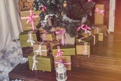 De doos van de Gift van Kerstmis met decoratie Royalty-vrije Stock Afbeeldingen