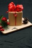 De doos van de Kerstmisgift, en decoratie op donkere concrete achtergrond Stock Afbeelding