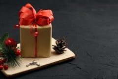 De doos van de Kerstmisgift, en decoratie op donkere concrete achtergrond Stock Foto