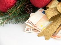 De doos van de Kerstmisgift met Euro geld op witte achtergrond Royalty-vrije Stock Foto