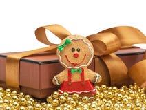 De doos van de Kerstmisgift met Kerstmis gouden bal Royalty-vrije Stock Afbeelding