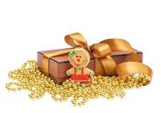 De doos van de Kerstmisgift met Kerstmis gouden bal Stock Foto's