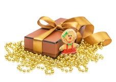 De doos van de Kerstmisgift met Kerstmis gouden bal Stock Afbeelding