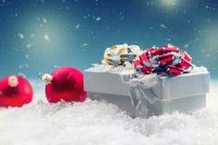 De doos van de Kerstmisgift met Kerstmisballen in abstracte sneeuwscène Stock Fotografie
