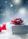De doos van de Kerstmisgift met Kerstmisballen in abstracte sneeuwscène Stock Foto's