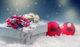 De doos van de Kerstmisgift met Kerstmisballen in abstracte sneeuwscène Stock Afbeeldingen