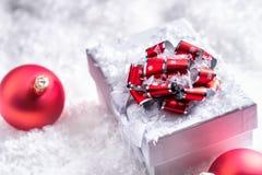 De doos van de Kerstmisgift met Kerstmisballen in abstracte sneeuwscène Stock Foto
