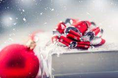 De doos van de Kerstmisgift met Kerstmisballen in abstracte sneeuwscène Royalty-vrije Stock Afbeelding
