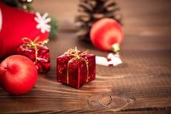 De doos van de Kerstmisgift met rood lint op donkere houten achtergrond Royalty-vrije Stock Fotografie