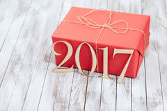 De doos van de Kerstmisgift over houten achtergrond Concepten 2017 nieuw jaar Stock Foto