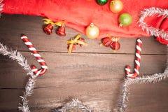 De doos van de Kerstmisgift, voedseldecor en sparrentak op houten lusje Royalty-vrije Stock Foto's