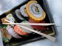 De doos van de lunch met eetstokjes stock fotografie