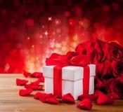 De doos van de valentijnskaartengift op abstracte rode achtergrond Royalty-vrije Stock Afbeeldingen