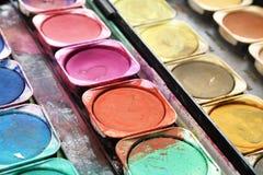 De doos van de verf met ploetert; losgelaten kleuren Royalty-vrije Stock Afbeeldingen