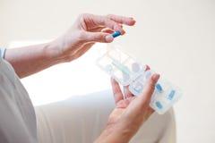 De doos van de verpleegstersholding met medicals stock afbeeldingen