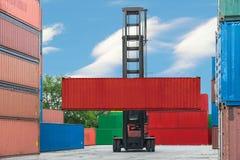 De doos van de vorkheftruck het behandelende container laden aan depot Stock Fotografie