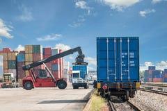 De doos van de vorkheftruck het behandelende container laden aan goederentrein Royalty-vrije Stock Afbeeldingen