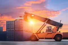 De doos van de vorkheftruck het behandelende container laden aan goederentrein in de invoer, de uitvoer Stock Foto