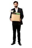 De doos van de zakenmanholding met persoonlijke bezittingen stock afbeelding