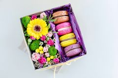 De doos van de gift met bloemen stock foto