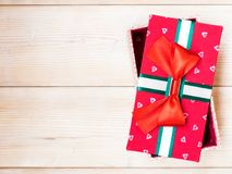 De doos van de gift op de houten vloer Stock Foto