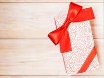 De doos van de gift op de houten vloer Royalty-vrije Stock Foto