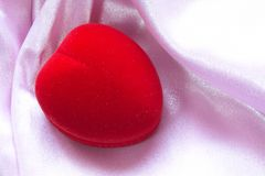 De doos van het hart op roze atlas Royalty-vrije Stock Fotografie