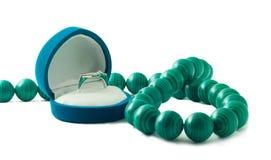 De doos van het juweel met ring en parels Stock Afbeelding
