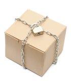 De doos van het karton die met een ketting en een slot wordt gesloten stock afbeeldingen