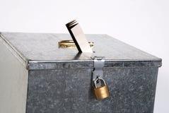 De doos van het metaal met hangslotkaartje stemming Stock Afbeeldingen