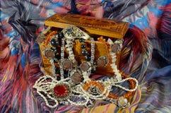 De doos van juwelen met juwelen stock afbeelding