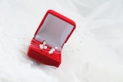 De doos van juwelen met trouwringen Stock Afbeeldingen