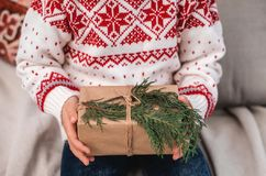 De doos van de Kerstmisgift in de handen van het kind Close-up royalty-vrije stock foto's