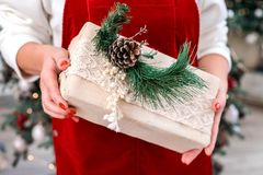 De doos van de Kerstmisgift in de handen van de vrouw Close-up royalty-vrije stock afbeelding
