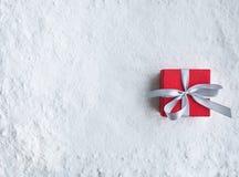 De doos van de Kerstmisgift, heden op sneeuwachtergrond Voor Kerstmis stock foto's