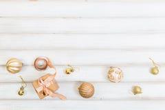 De doos van de Kerstmisgift met lintboog en balstuk speelgoed op witte houten achtergrond stock foto