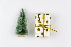 De doos van de Kerstmisgift met pijnboomboom voor spot op malplaatjeontwerp Mening van hierboven Vlak leg royalty-vrije stock fotografie