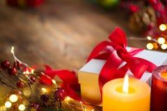 De doos van de Kerstmisgift met rode satijnlint en boog, mooie Kerstmis en Nieuwjaarachtergrond met verpakte giftdoos, snuisterij stock foto