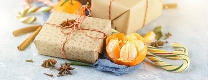 De doos van de Kerstmisgift, suikergoedriet, mandarijnen stock afbeeldingen