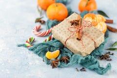 De doos van de Kerstmisgift, suikergoedriet, mandarijnen stock fotografie