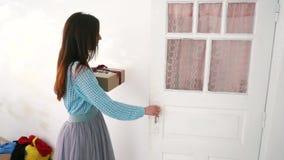 De doos van de Kerstmisgift van de vrouwenholding in haar handen stock videobeelden