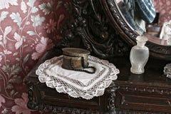 De doos van koperjuwelen met zwarte parels op een gebreid servet stock afbeelding