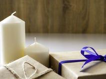 De doos van de nieuwjaargift die van lint wordt gemaakt dat met blauw lint wordt gebonden stock foto