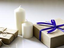De doos van de nieuwjaargift die van lint wordt gemaakt dat met blauw lint wordt gebonden royalty-vrije stock foto's