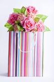 De doos van Presnt met binnen bloemen. Stock Afbeeldingen